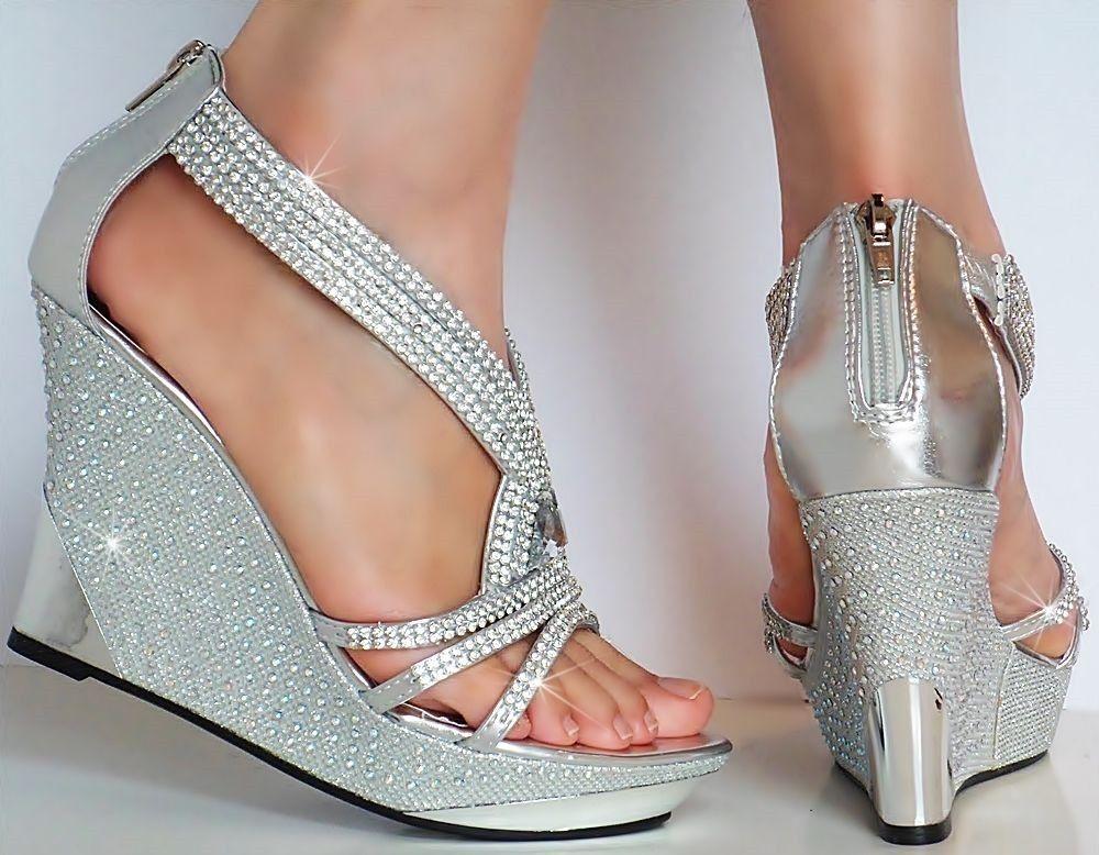 f4e00acf423 Stříbrné společenské sandálky na klínku
