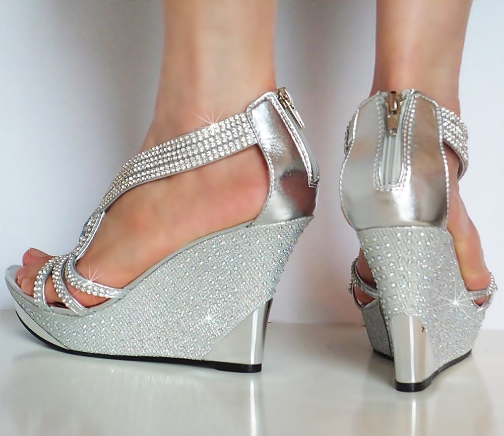 5fb61f3d01 Stříbrné společenské sandálky na klínku