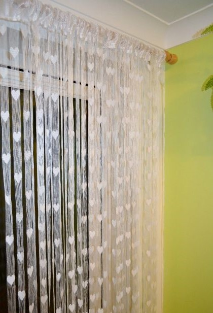 Bílá srdíčková záclona například na ozdobení stanu,