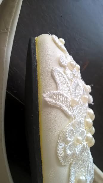 Bílé lodičky, aplikace krajky, korálků - 23cm, 36