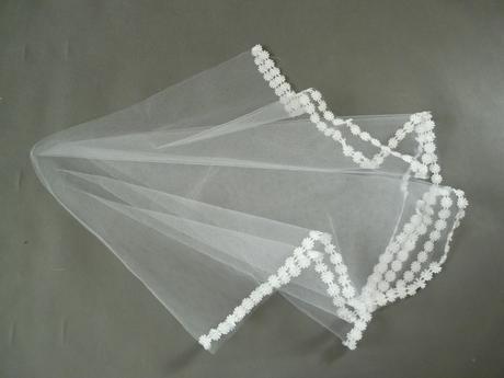 Bílý svatební závoj,