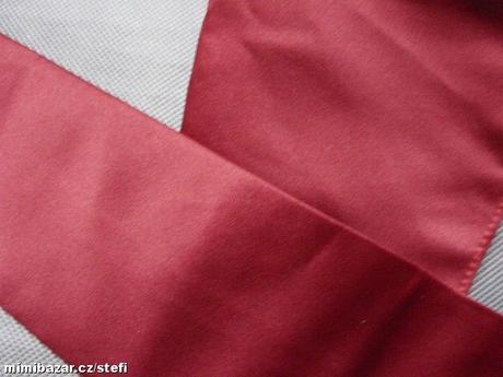 Burgundy, tmavě červená kravata a kapesníček,