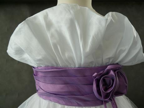 K prodeji bílo fialové šaty s bolerkem 3-5 let, 110