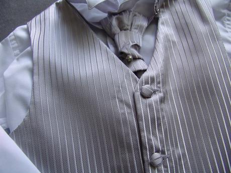 K zapůjčení - šedý oblek - možno se sakem 7 a 11 l, 140