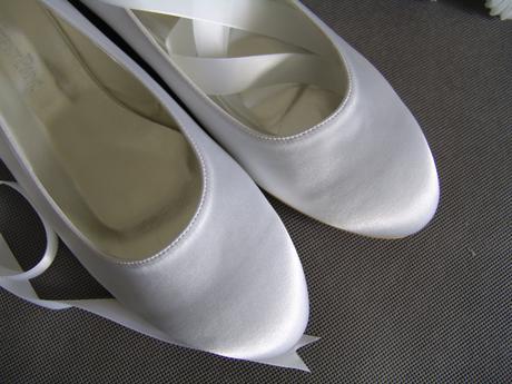 SKLADEM - bílé saténové balerínky - 41/42, 42