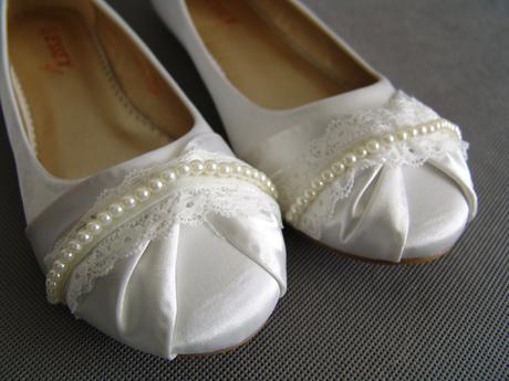 SKLADEM - bílé saténové baleríny, perličky, krajka, 41