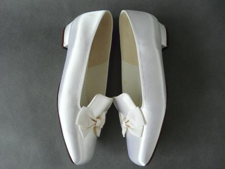 SKLADEM - bílé saténové baleríny s mašličkami, 36