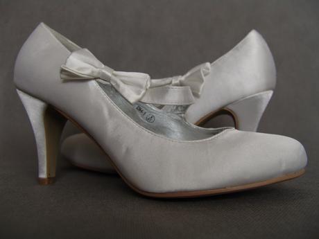SKLADEM - bílé saténové svatební lodičky, 40