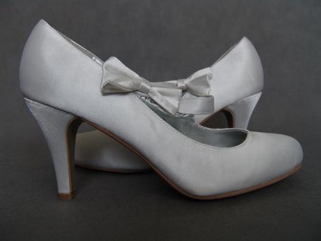 SKLADEM - bílé saténové svatební lodičky, 41