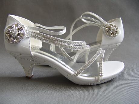 SKLADEM - bílé svatební, plesové sandálky, 41
