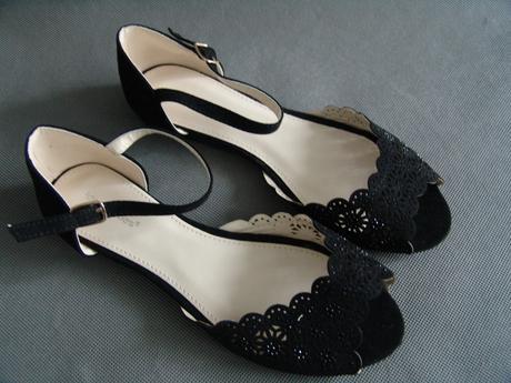 SKLADEM - černé sandálky, 38