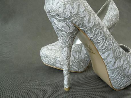 SKLADEM - extravagantní bílo-stříbrné lodičky, 41