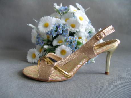 SKLADEM - zlaté plesové sandálky, 38