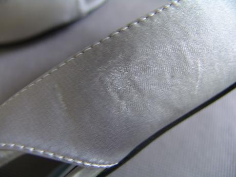 Stříbrná saténová kabelka,