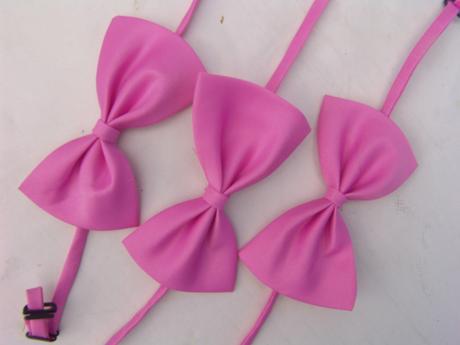 Světle růžový dětský motýlek,