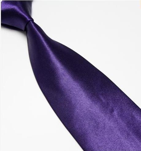 Tmavě fialová kravata,