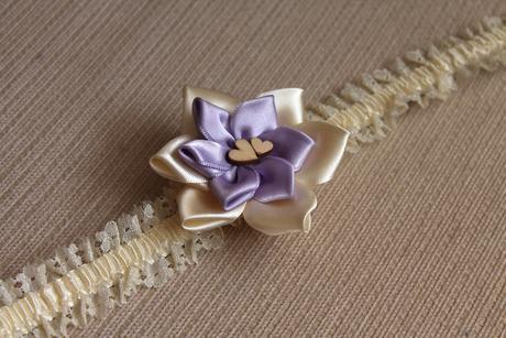 Krajkový vývazek s lila provázkem,