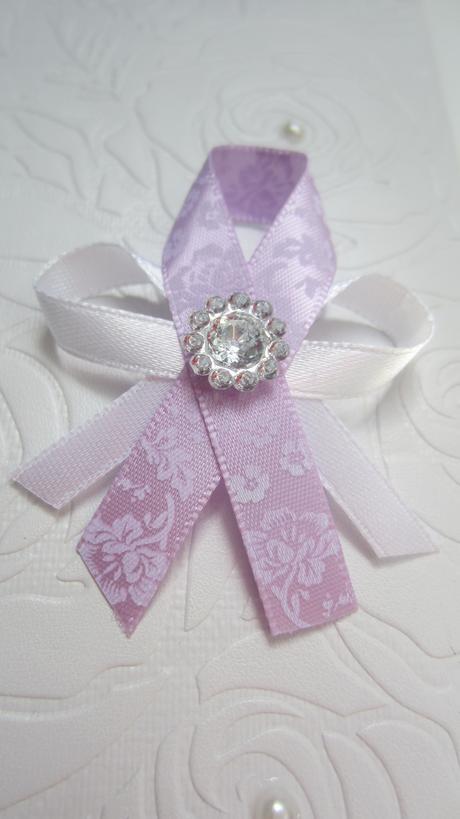 Vývazek z fialové stuhy s ornamentem,