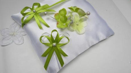 Zelenobílý polštářek pod prstýnky,