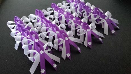 fialové svadobné pierka, jemné s kvietočkami,