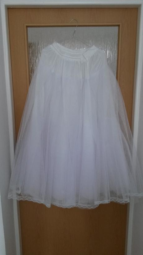 svatební šaty se spodničkou a závojem, 36