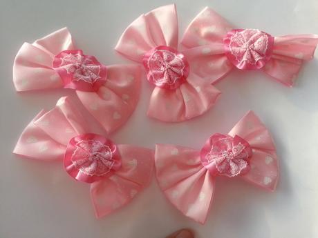růžové mašličky na dekorace,