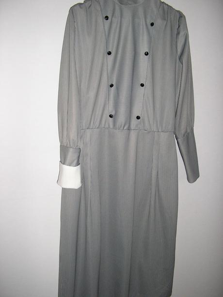 711. Dámske šaty, L