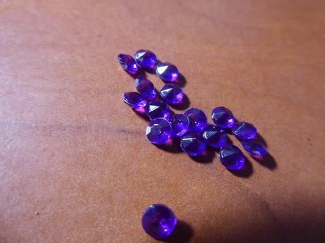 drobné krystalky,