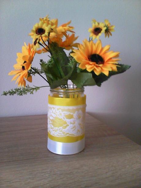 Vázičky na stoly žlto-biele,