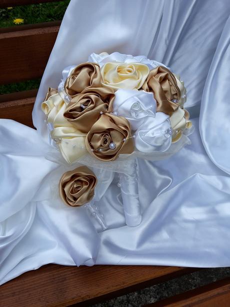 Zlato bielo krémová kytička,pošta v cene,