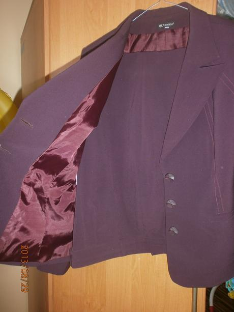 bordovy kostym, 46