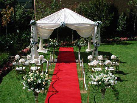 dekorace na svatbu- koberec, potahy na židle,