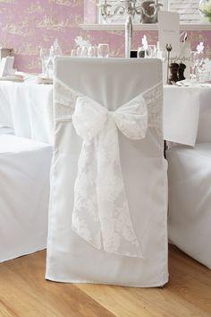 svatební potahy s krajkovou mašlí,
