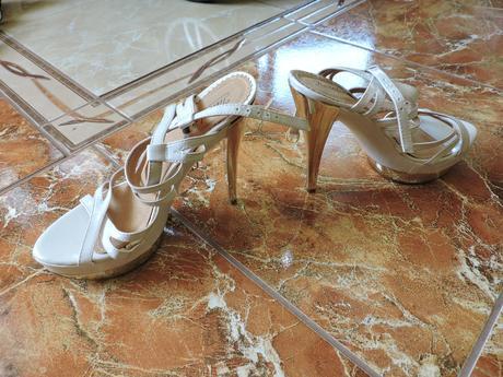 biele sandále so zlatou podrážkou, 37