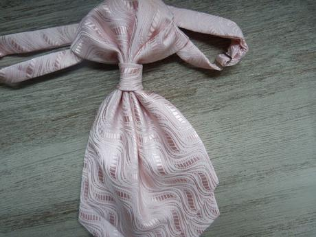 svetlo ruzova francuzska kravata,