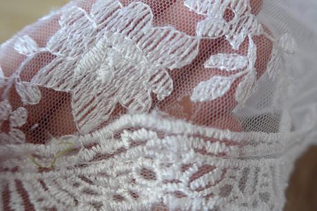 Krajkové svatební šaty s vlečkou, 36