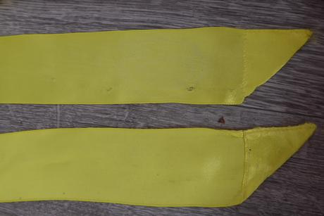 Žlutá stuha kolem pasu s kytičkami,