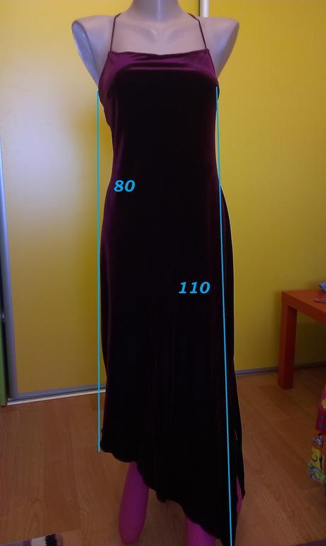 Zamatové šaty, M