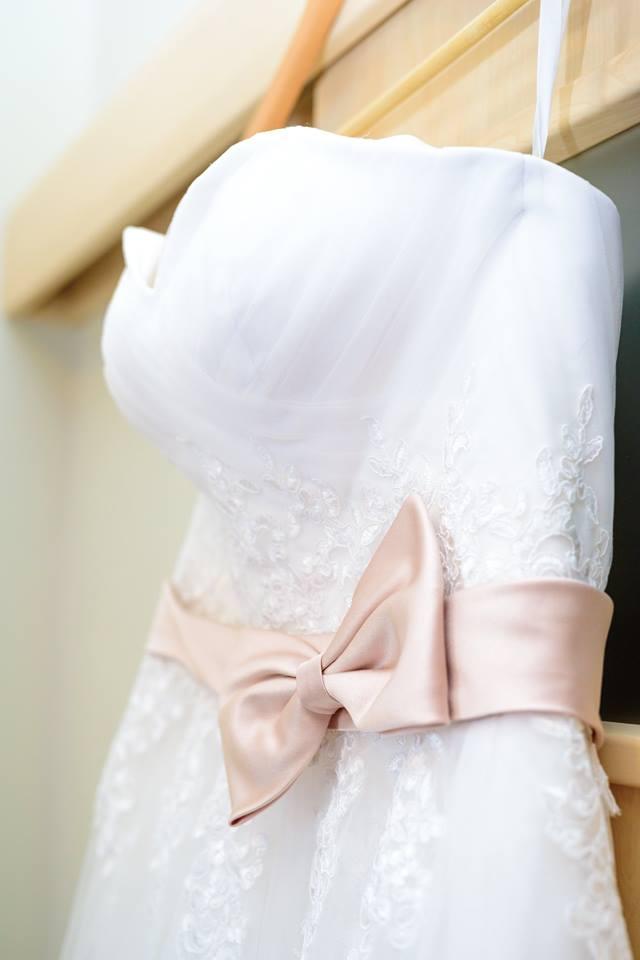 1d8b0a39211 Romantické krajkové svatební šaty s vlečkou
