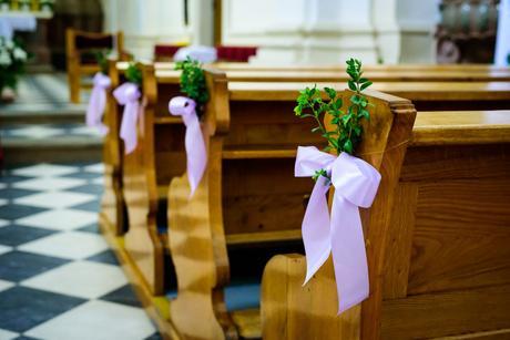 Lila saténové mašle na výzdobu lavic do kostela,