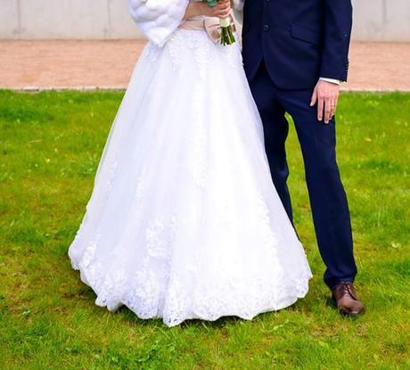 Romantické krajkové svatební šaty s vlečkou, 38