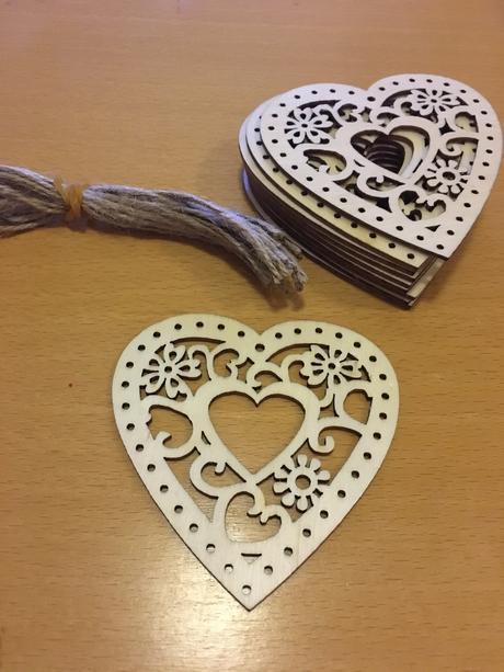 Dřevěná srdce, vyřezávaná, se šňůrkou,