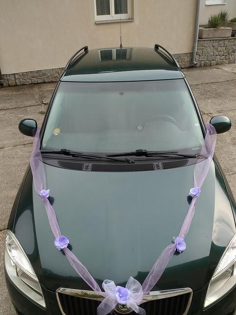 Svatební dekorace na dvě  auta  lila a bílé barvě,