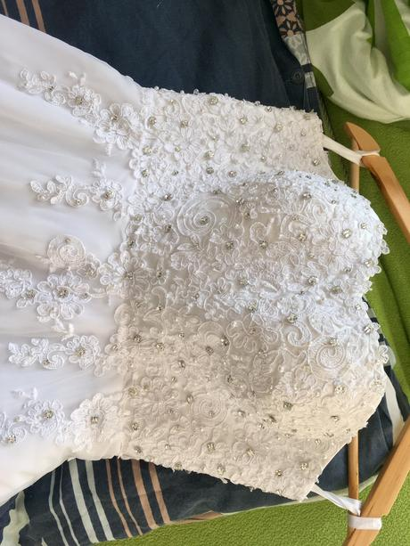 Svatební šaty, vhodné pro vyšší nevěsty, 36