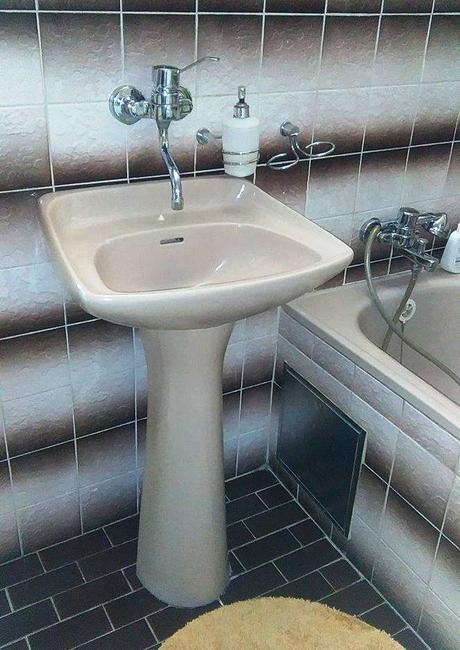 Umývadlo s nohou,
