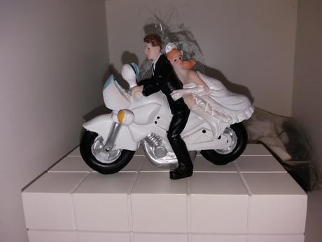 Dekorácia na tortu - novomanželia na motorke,