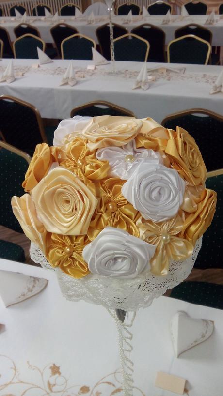 krémovo-bielo zlaté ozdoby na stôl,