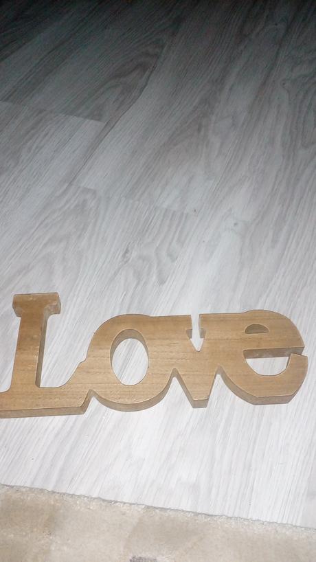 Napis love a drevené srdcia,