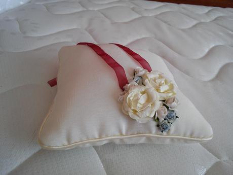 vankúšik pod obrúčky Vintage ivory Blue Flowers,