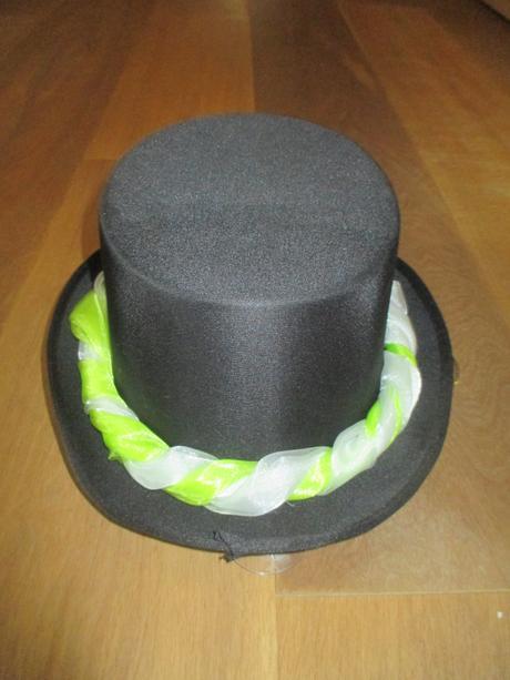 autodekorace-klobouk se zeleno-bílou stuhou,